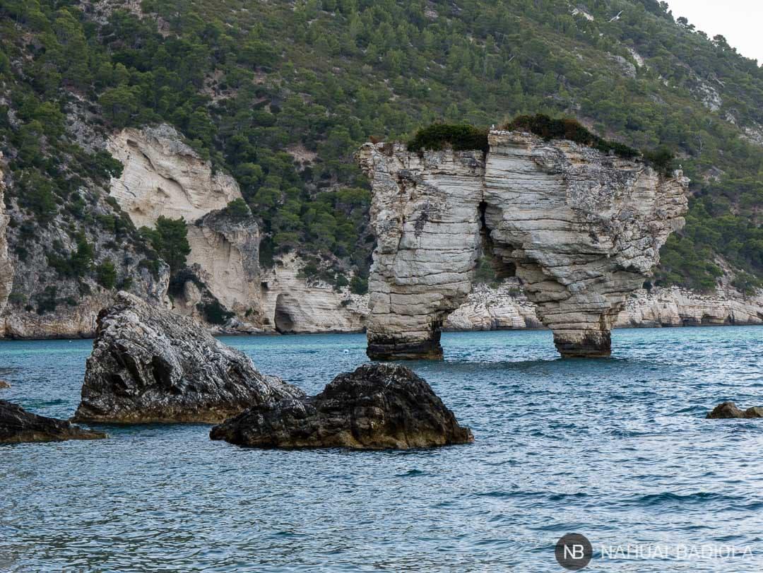 Detalle de las formaciones faraglioni desde playa de Mergoli, bahía Zagare, Italia.