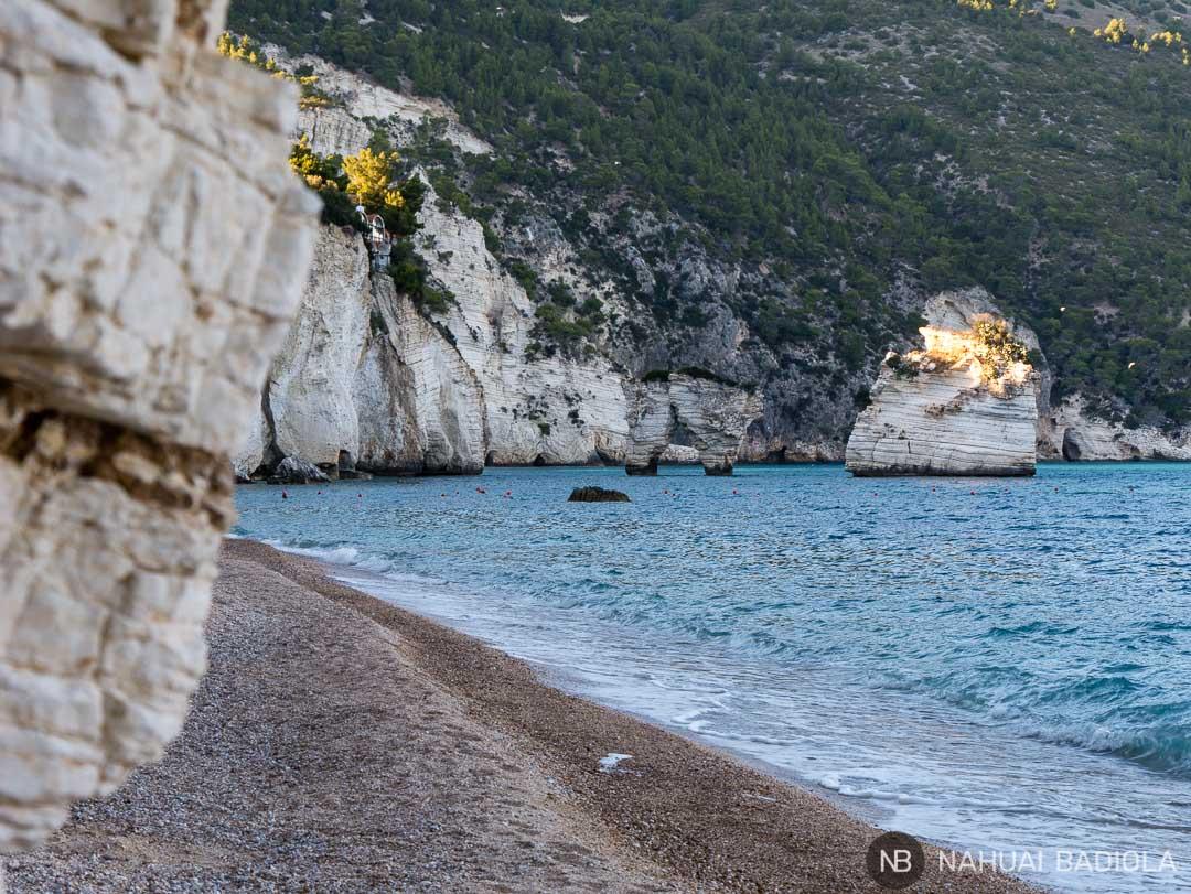 Vistas de los faraglioni desde la playa Mergoli, Puglia.