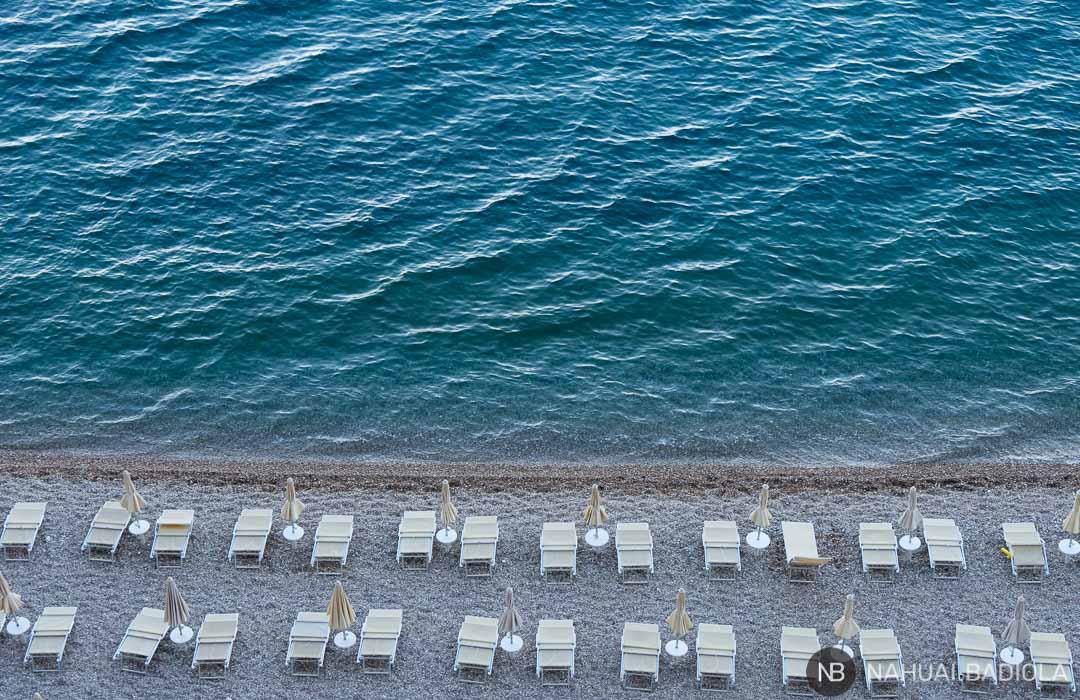 Hamacas en el lido de la playa Mergoli, en la bahía Zagare, Italia.