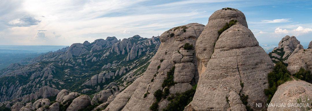 Vistas panorámicas en la parte posterior del pico Magdalena Superior, Montserrat, Barcelona