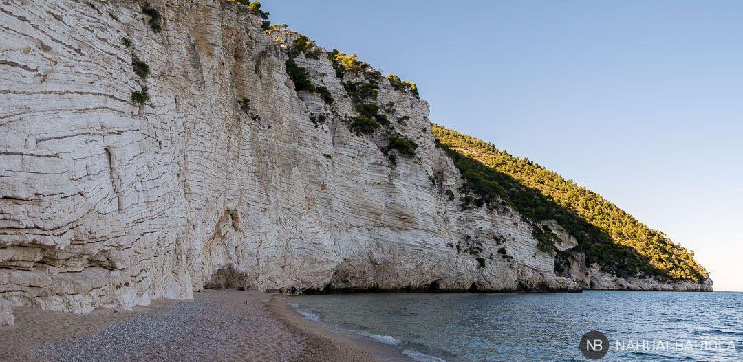 Panorámica del extremo izquierdo de la playa Faraglioni, en la bahía Zagare, Italia.