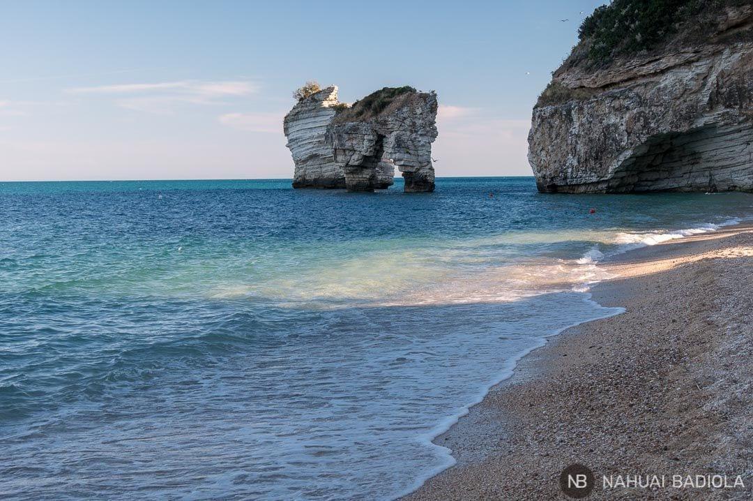 Los faraglioni vistos desde la playa del mismo nombre, Italia.