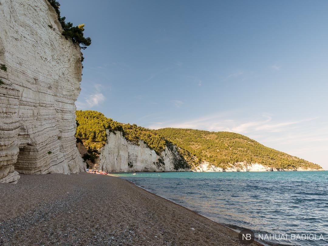 Playa Vignanotica y su acantilado blanco en el parque de Gargano, Italia.