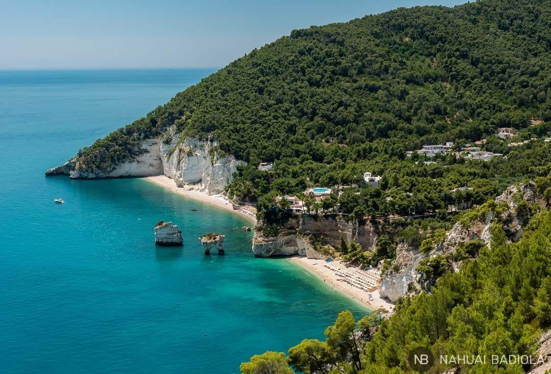 Vistas de la bahía delle Zagare desde el sedero natura a Vignanotica, Italia