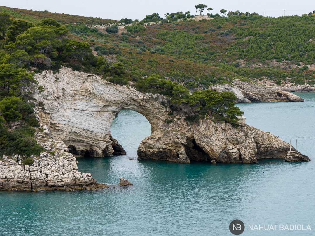 Arco de San Felice cerca de Vieste, parque de Gargano, Puglia, Italia.