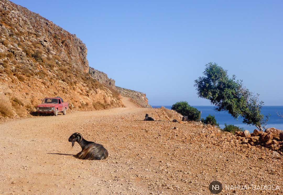 Camino de tierra sin asfaltar que lleva a Balos, Creta.