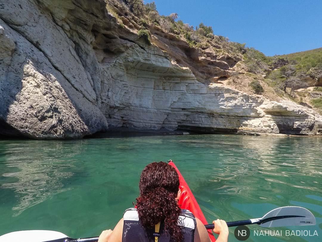 Pequeña cala en la costa del Gargano accesible en kayak. Italia.