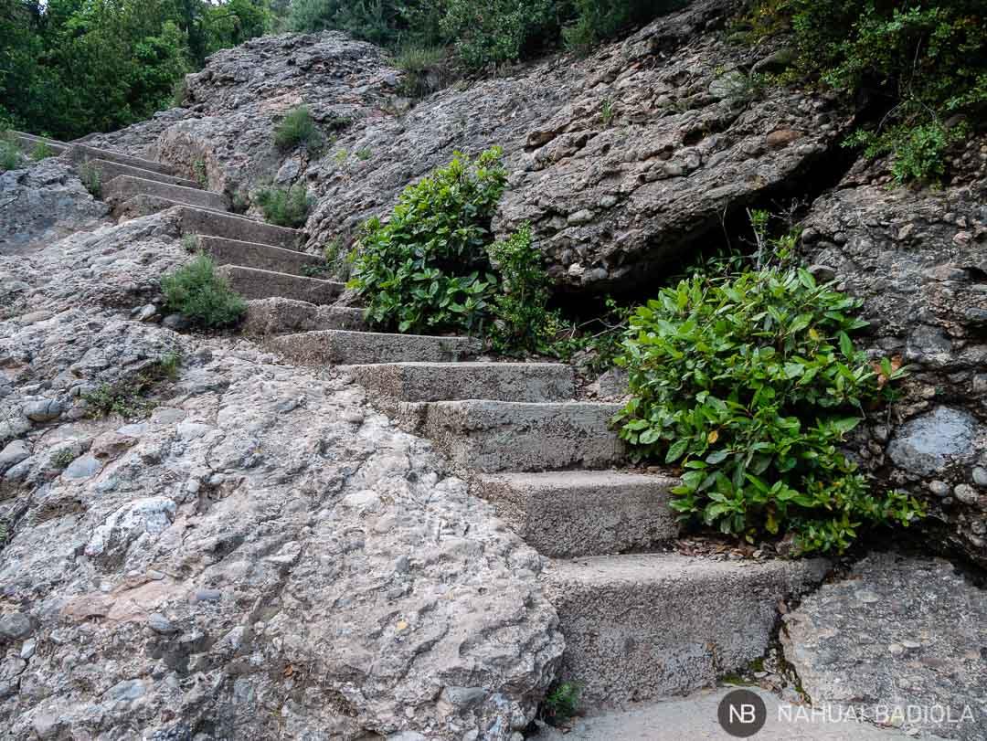 Escaleras que unen el Pla dels Ocells con el Monasterio de Montserrat