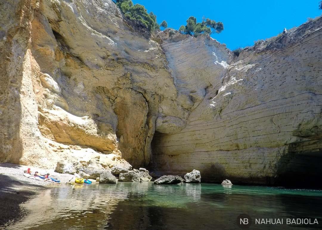 Cala en el interior de la gruta grande sin techo, Campi, Italia.