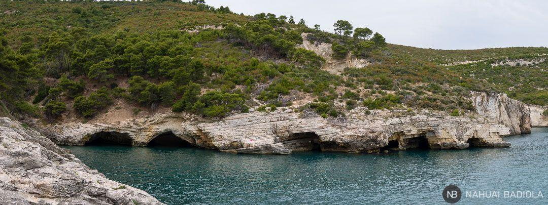 Panorámica de las grutas marinasal norte de playa Campi, Puglia.