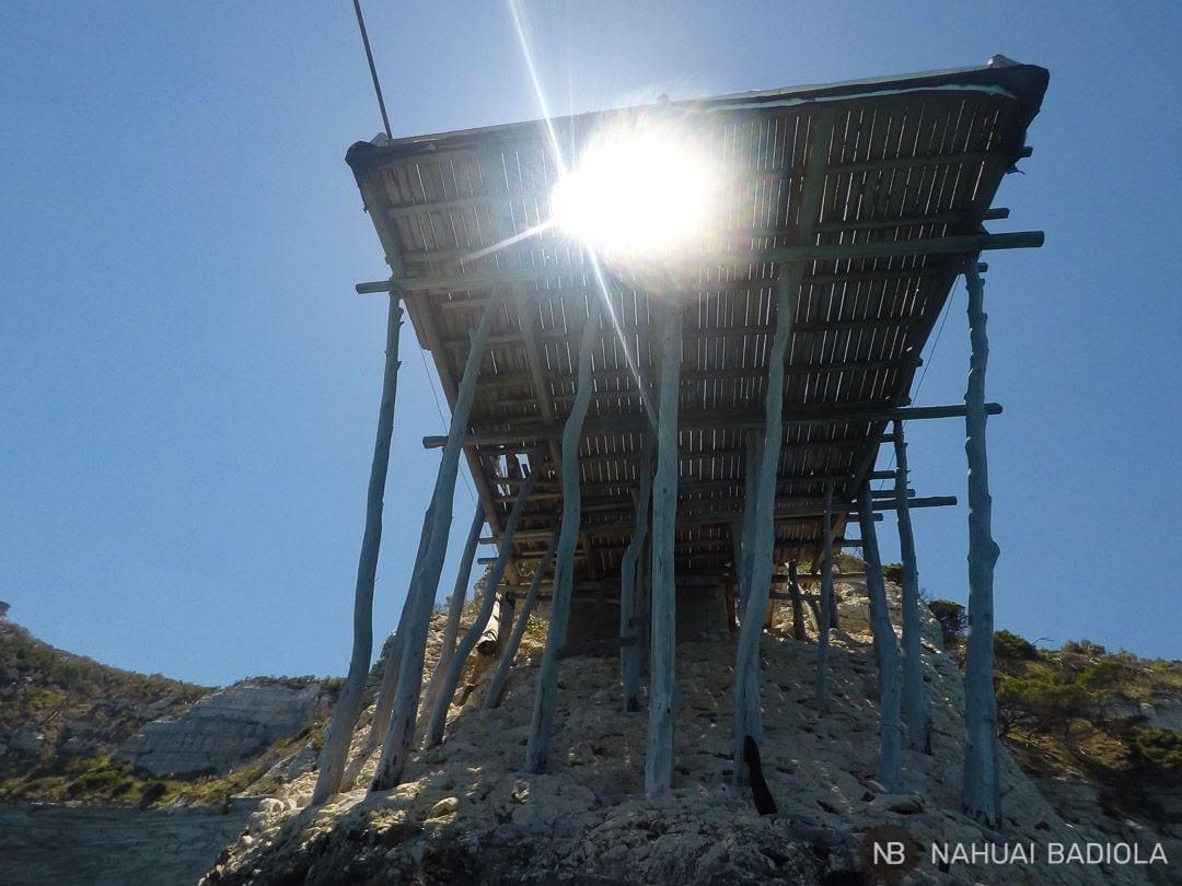 Estructura de pesca tradicional en Gargano vista desde abajo. Italia.