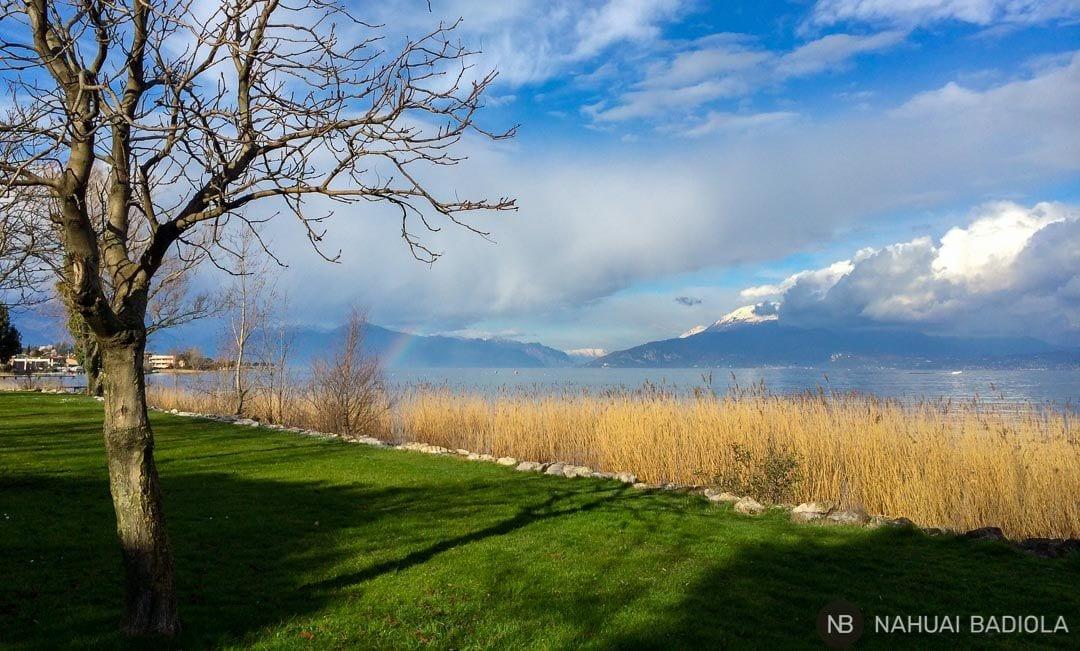 Un arcoiris tras las lluvias en Lago de Garda.
