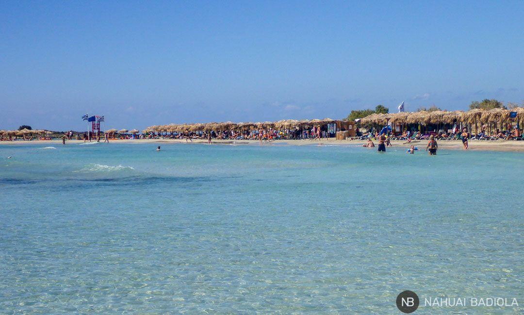 Fila de sombrillas en la costa de Elafonisi