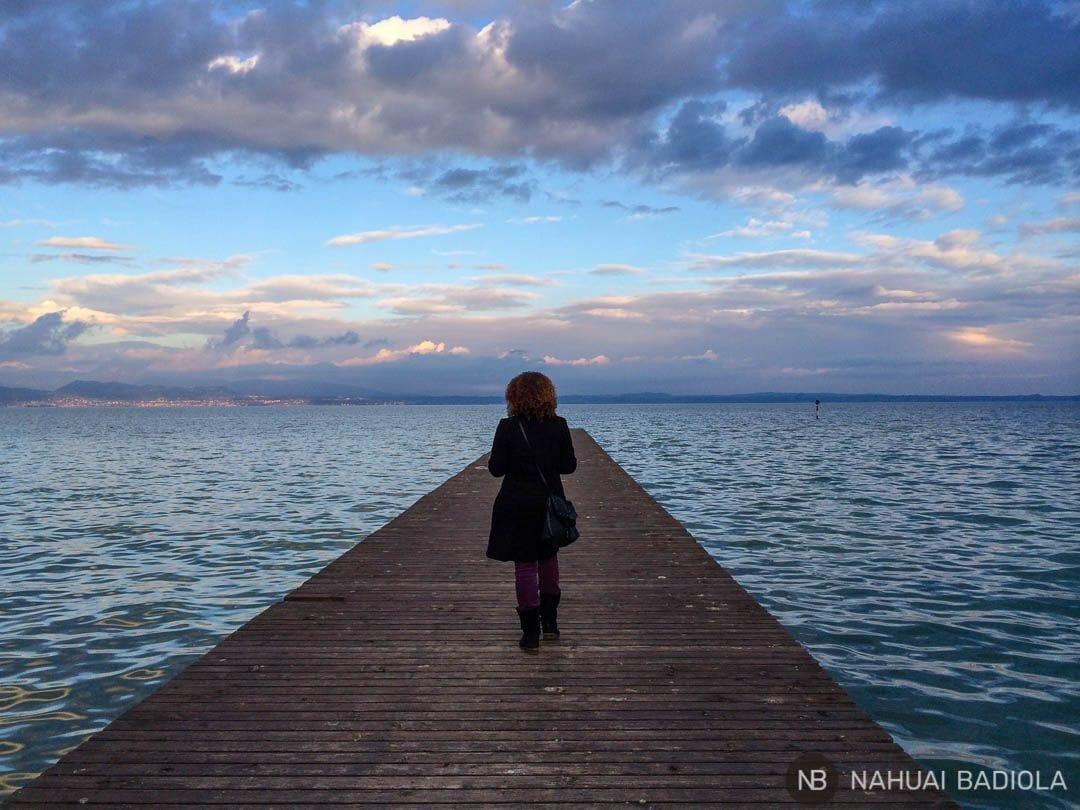 Sobre uno de los muelles que se adentran en el lago de Garda