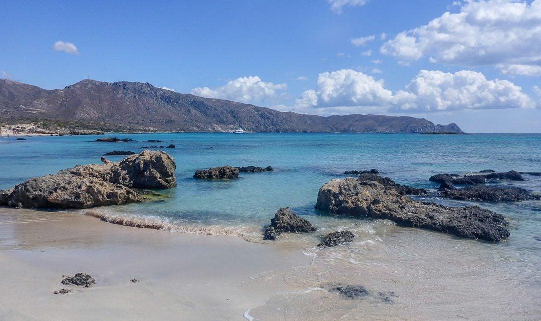 Una tranquila cala de arena y roca en la isla Elafonisi