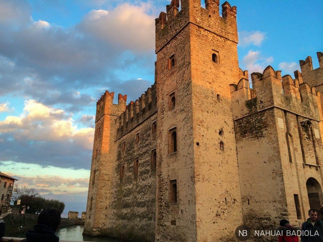 Castillo de entrada a Sirmione, lago de Garda.