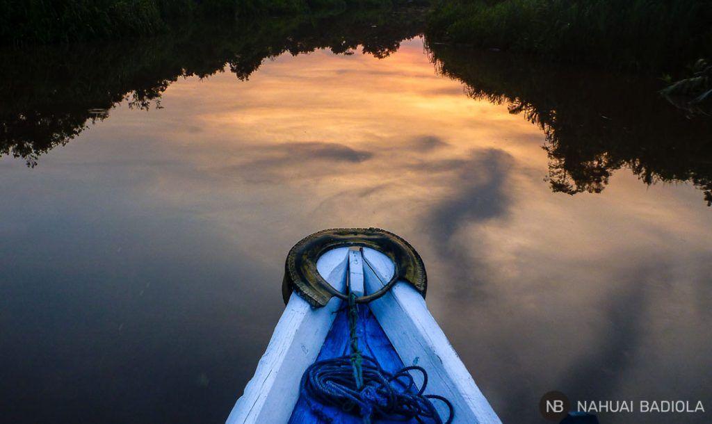 Detalle del klotok sobre el río al atardecer en Borneo, Indonesia.