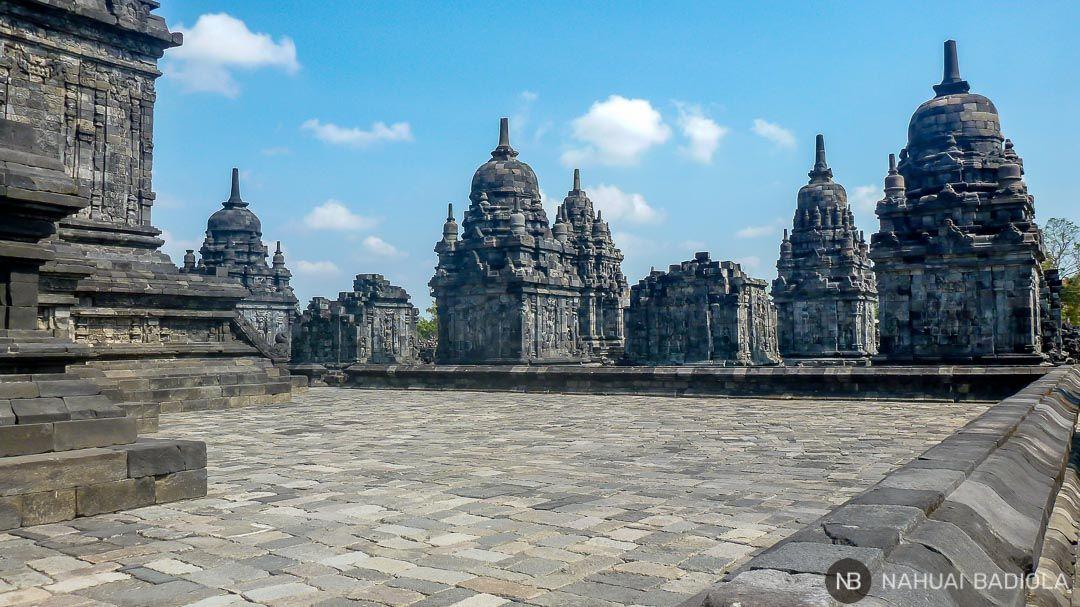 Desde el interior de Candi Sewu, templo budista junto a Prambanan