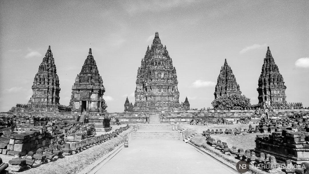 Fotografía templos de Prambanan en Indonesia, blanco y negro.