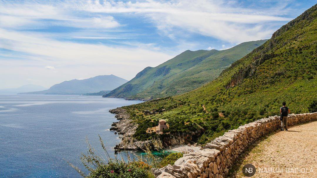 Inicio norte del sendero de costa en la reserva natural del Zíngaro.