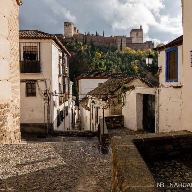 Callejeando por el Albaicin con vistas a la Alhambra.