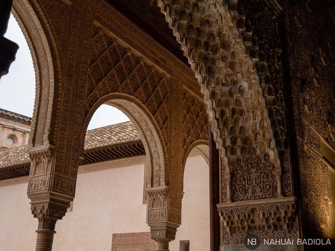 Detalles labrados de los arcos y columnas en los Palacios Nazaríes de la Alhambra.