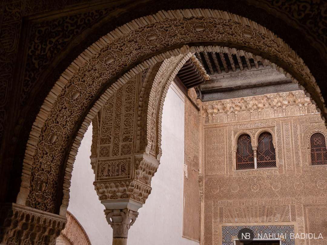 Detalle de arcos y fachada dentro de los Palacios Nazaríes, Alhambra de Granada.