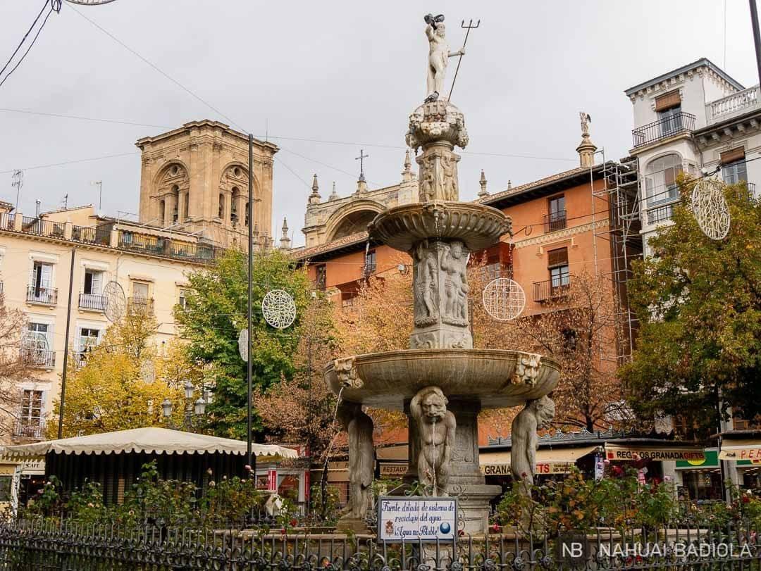 Plaza Bib-Rambla y su fuente de los Gigantes en Granada.