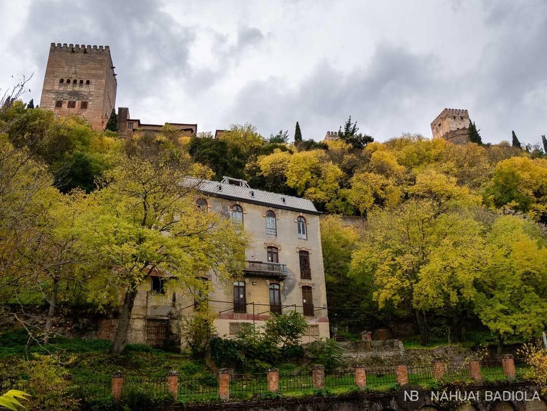 Vistas del hotel Reuma y la Alhambra desde el Paseo de los Tristes.