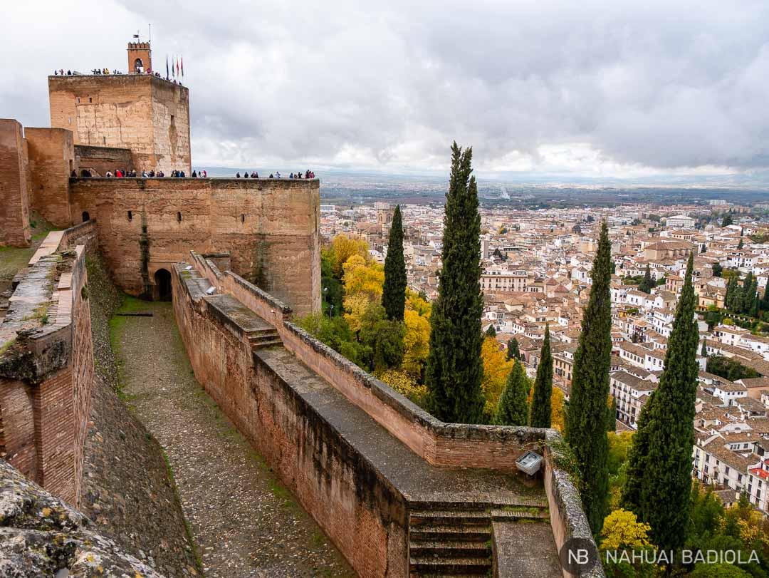Vistas de la torre de la Vela y Granada desde la Alhambra