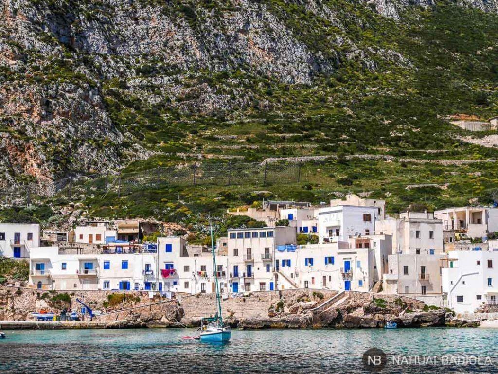 Detalle de las casas blancas en la costa de Favignana, Sicilia.