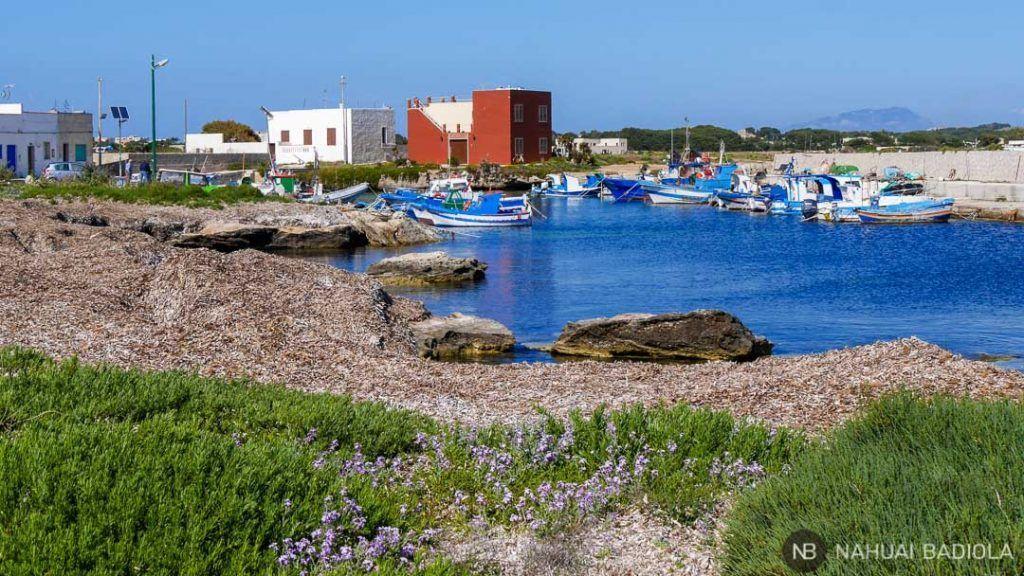 Barcos en el puerto Punta Lunga, Favignana, Sicilia.