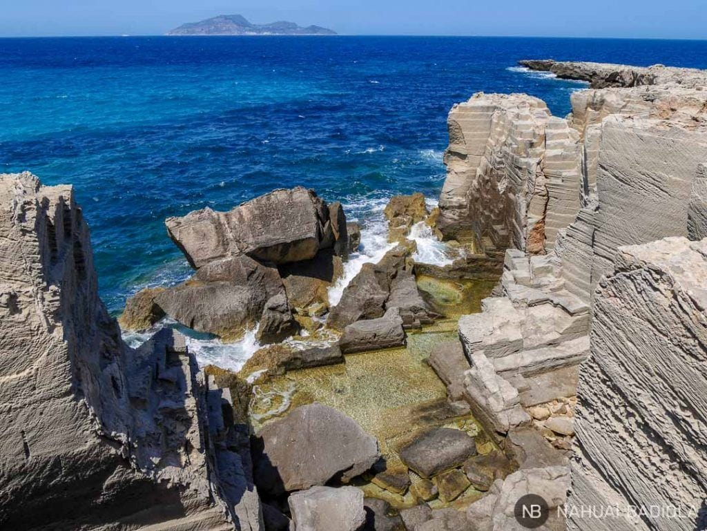 Rocas cortadas en Cala Rossa, Favignana, Sicilia.