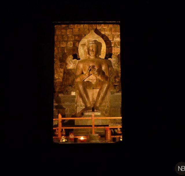 Interior del templo Mendut al caer la noche.