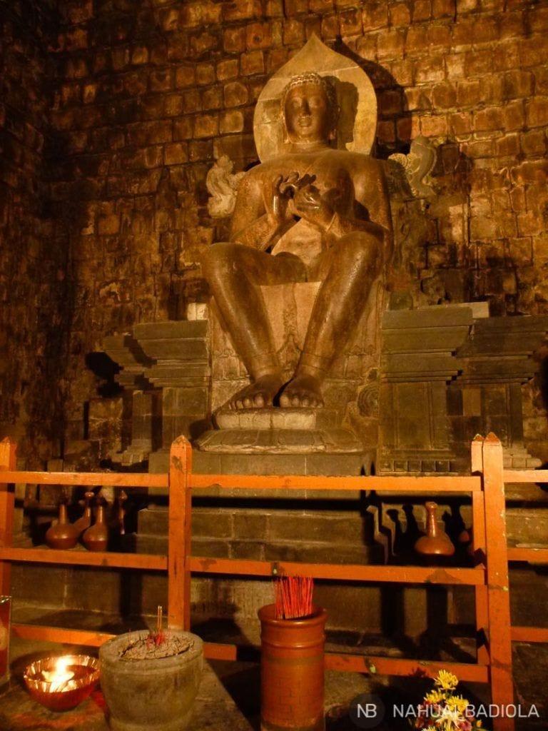 El buda de 3 metros del templo de Mendut, Borobudur