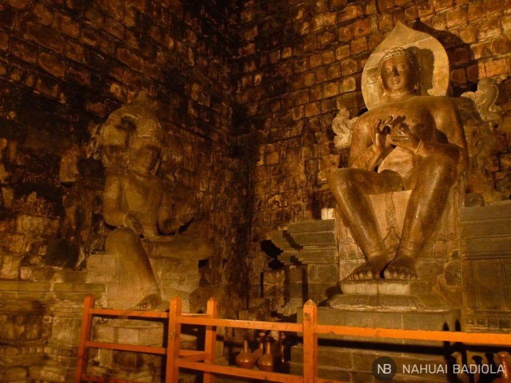 Estatuas en el interior del Templo budista Mendut, Indonesia