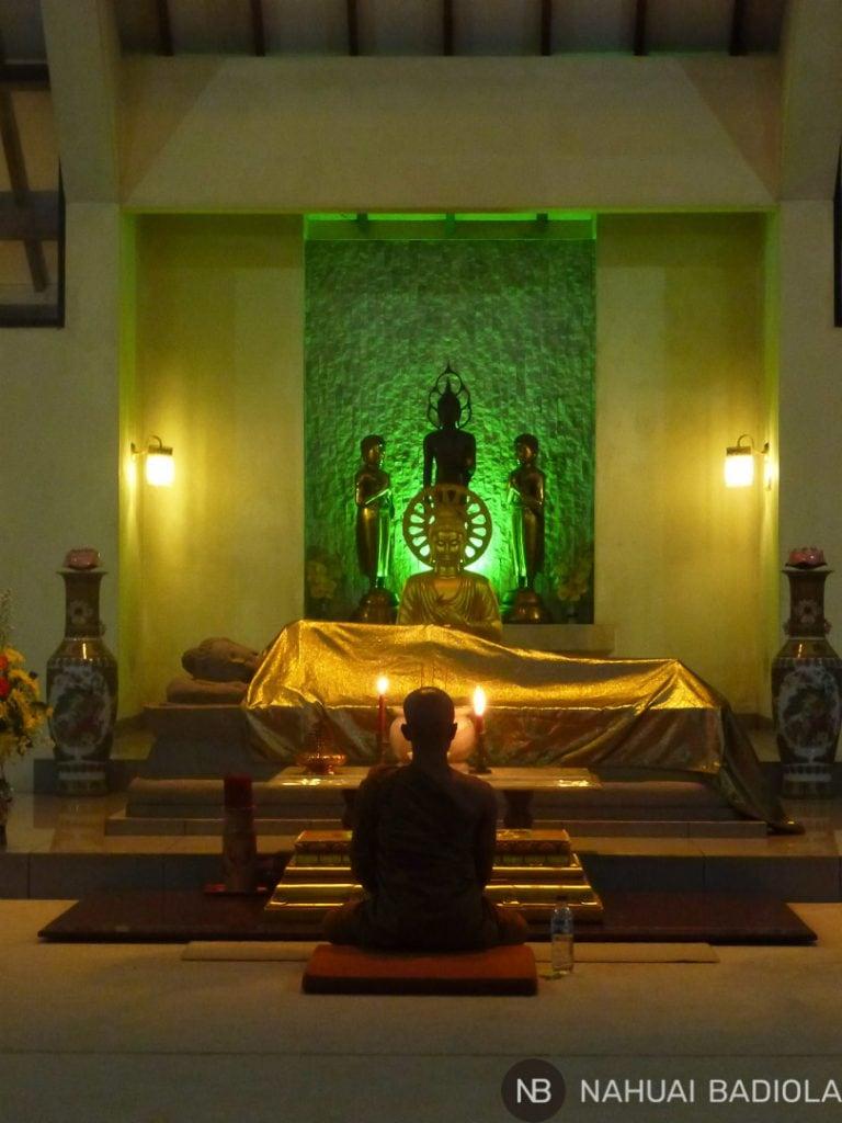 Monje meditando en el monasterio Mendut, Indonesia