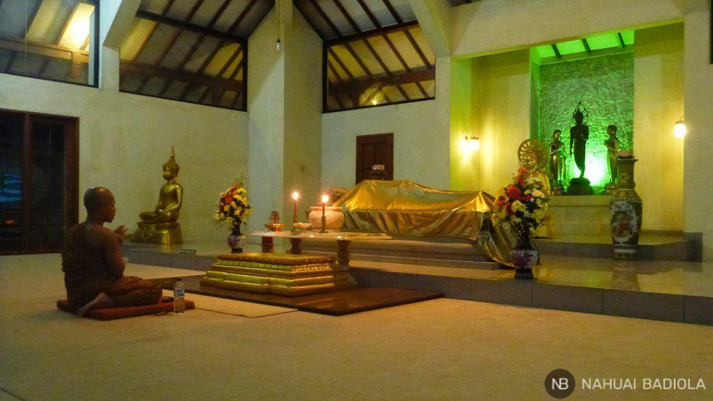 Un monje meditando y cantando un mantra en el monasterio Mendut, Indonesia.