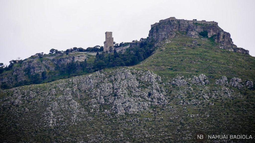 Montaña de Erice vista desde Villa delle Palme Delfina, Sicilia.