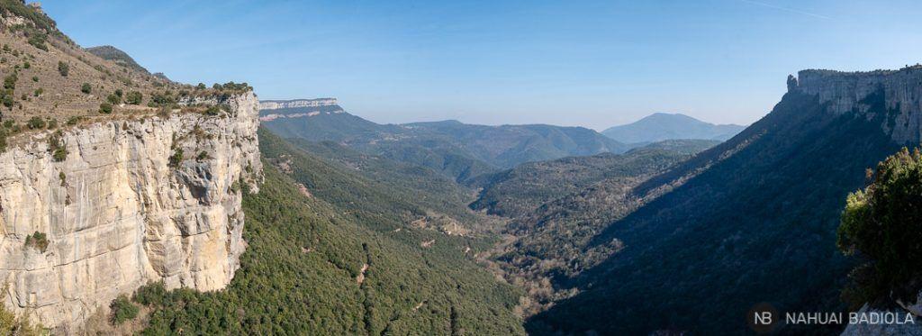 Vistas panorámicas de los acantilados junto al Salt del Sallent, Rupit.