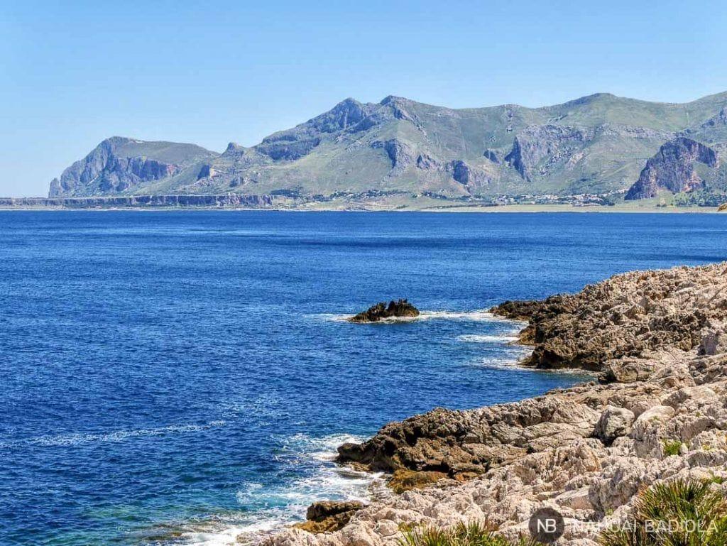 Vista de la costa de Sicilia desde el sendero alrededor del Monte Cofano.