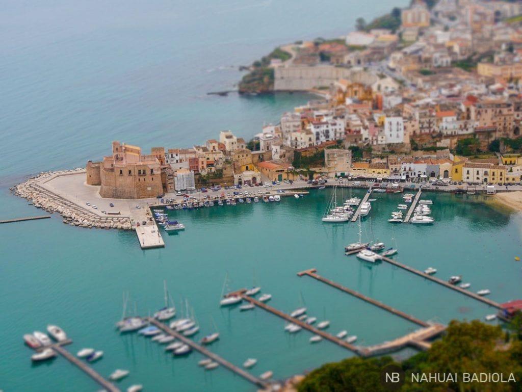 Fotografía miniaturizada del puerto de Castellammare del Golfo visto desde arriba.