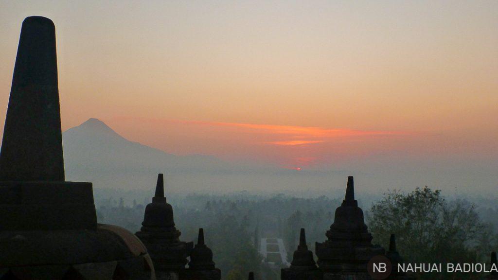 Amanecer desde el templo de Borobudur, Indonesia.