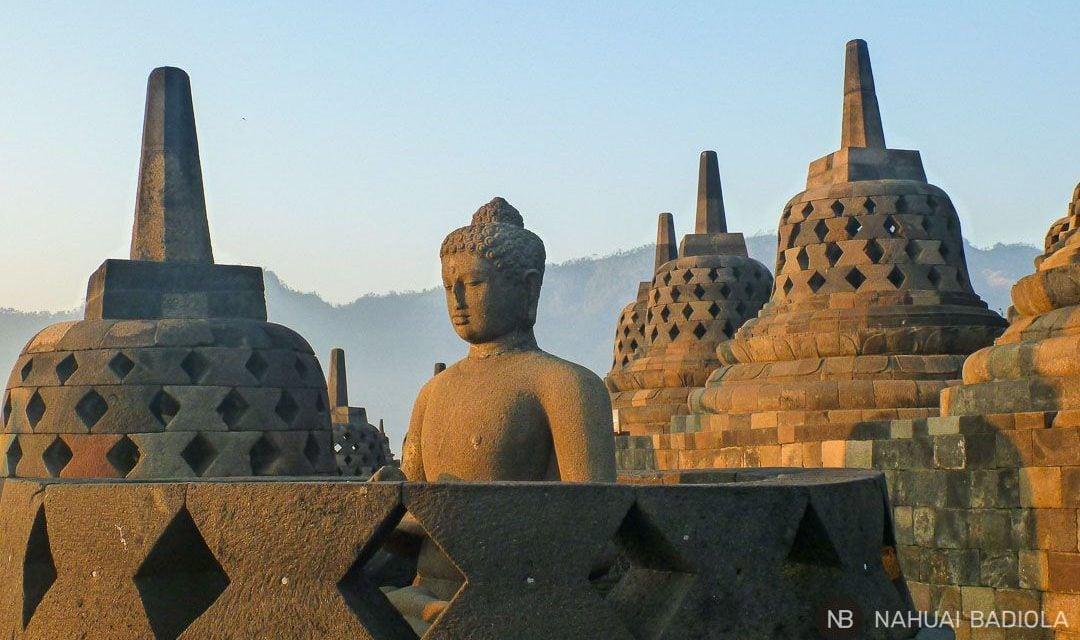 Un buda dentro descubierto bajo una campana de Borobudur, Indonesia.