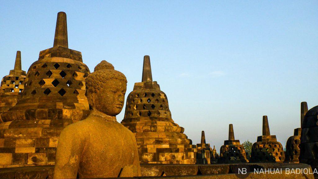 Escultura de buda sentado sobre el templo de Borobudur, Indonesia.