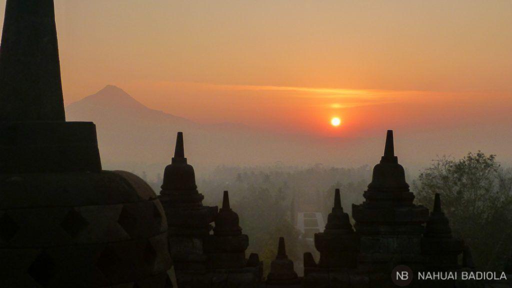 Cómo ver amanecer desde el templo budista Borobudur, Indonesia.