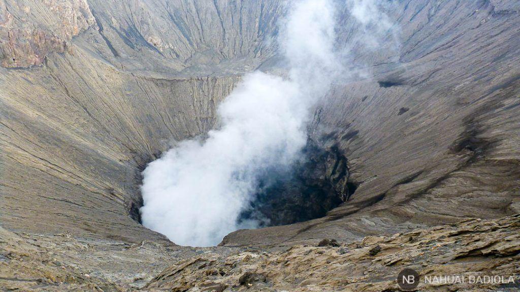 Humo saliendo de la caldera del Bromo, Java