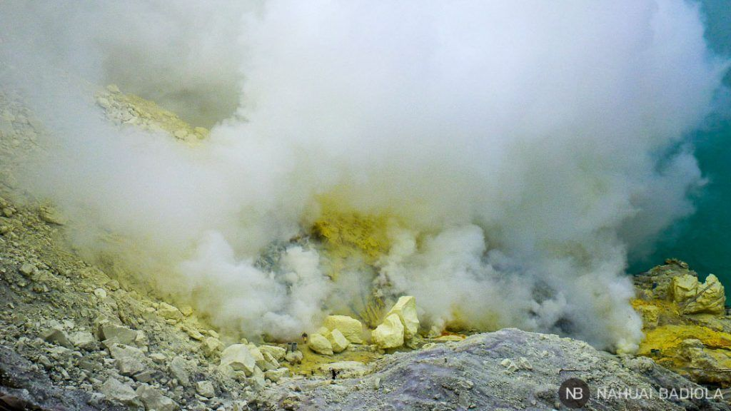 Vistas ampliadas de la mina de azufre en la caldera del volcán Ijen, Java