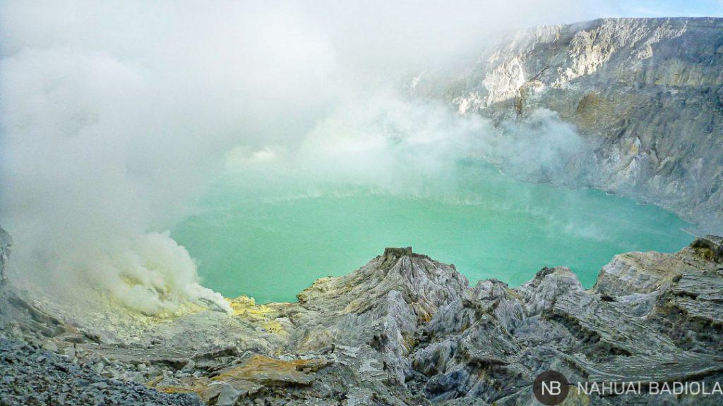 Lago de azufre en el volcán de Ijen, Indonesia