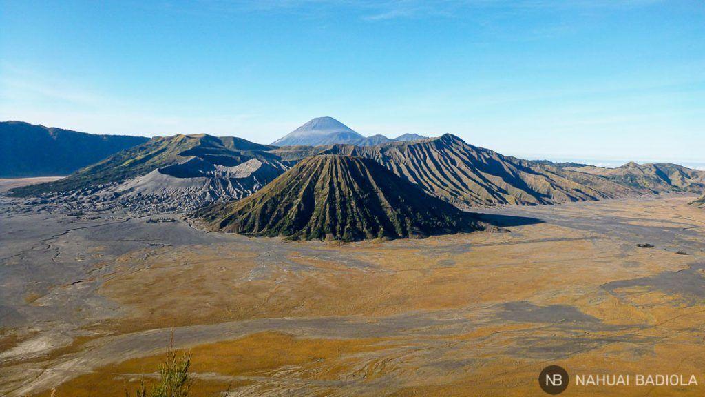 Mar de arena rodeando a los volcanes de Bromo, Java.